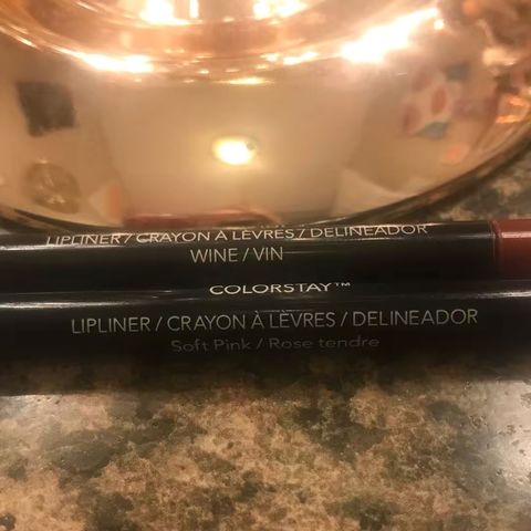 Glide-on Retractable Lip Liners and  Lip Pencils